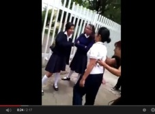 Video exhibe a una madre que induce a su hija a pelear