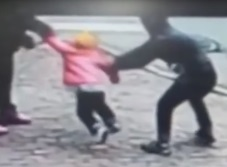 VIDEO: Papá ahuyenta a secuestrador en China