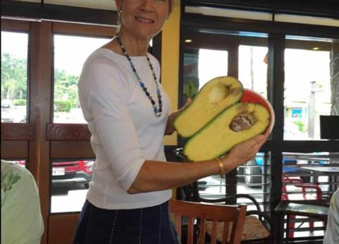 Mujer encuentra aguacate gigante y lo inscribe a Guinness