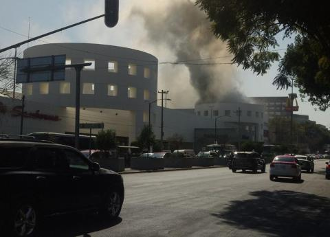 Video: Reportan incendio en Plaza Universidad