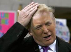 (VIDEO) El viento revela que Donald Trump ¡es calvo!