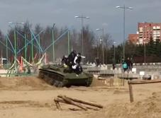 Camarógrafo es atropellado por un tanque en Rusia (VIDEO)
