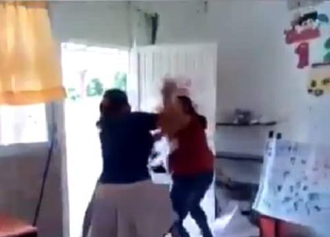 #Video Maestra de kinder golpea a madre de familia