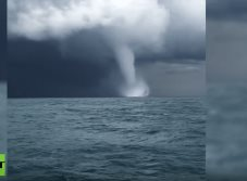 Tornados amenazan a barco pesquero en el Mar Negro (VIDEO)