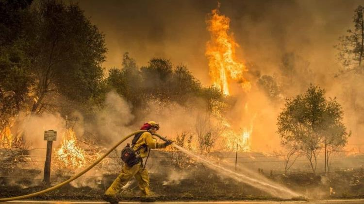 Mortal e incontenible, incendio Carr azota a California