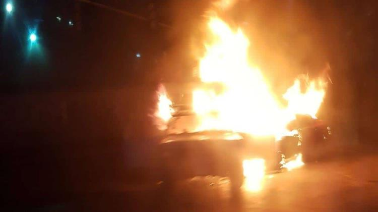 Los videos del incendio de 2 autos que chocaron en carril del Mexibús