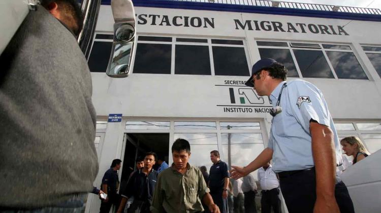 Anular política de EU que regresa migrantes a México por afectaciones en salud, demanda Save The Children